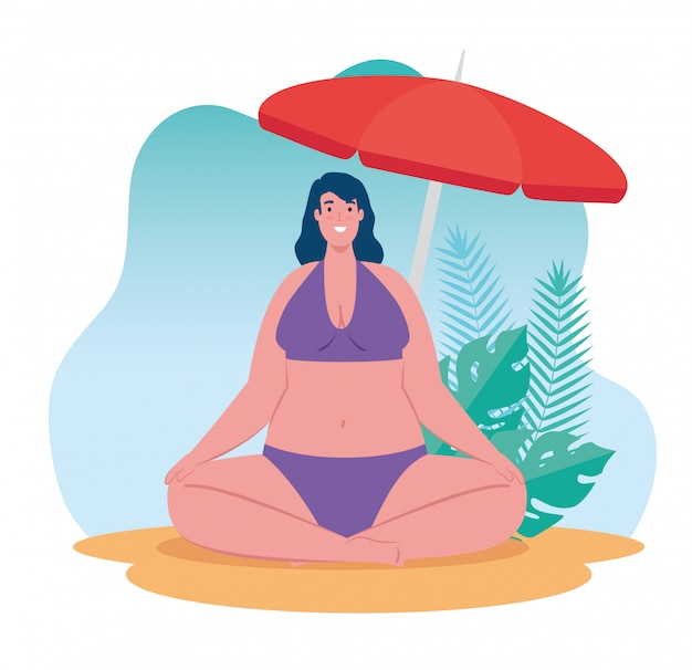 Bonita mulher gorda em traje de banho sentado na praia, temporada de férias de verão