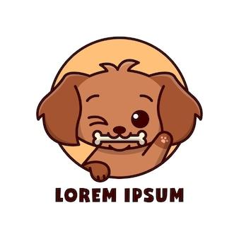 Bonito cachorro marrom mordida um logotipo de desenho animado de osso pequeno Vetor Premium