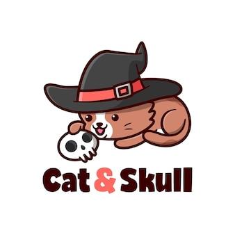 Bonito gato marrom com chapéu de bruxa brincando com crânio