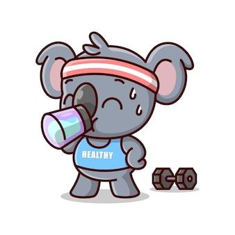 Bonito koala bebe uma garrafa de água após o exercício. mascote dos desenhos animados
