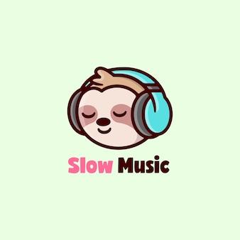 Bonito sloth sorrindo e ouvindo música com logotipo de desenhos animados de fone de ouvido