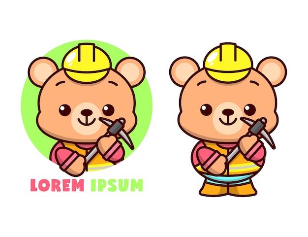 Bonito urso marrom com uniforme de trabalhador, trazendo um pickaxe e usando capacete amarelo, logotipo mascote