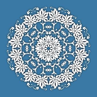 Borda ornamental floral do círculo. design de padrão de renda. ornamento branco sobre fundo azul.
