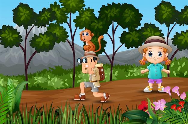 Boy explorer com uma garota na floresta