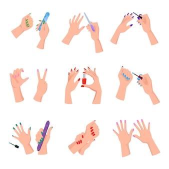 Braços das mulheres com as unhas manicured coloridas ajustadas.