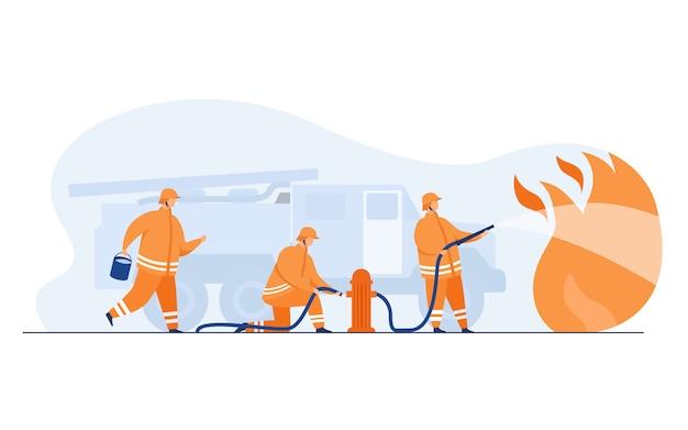 Bravos bombeiros de combate a incêndios com chamas