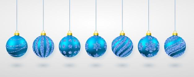 Brilho azul brilhante brilhante e bolas de natal transparentes. decoração de férias