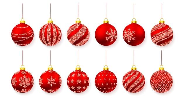 Brilho brilhante vermelho brilhante e bolas de natal transparentes. decoração de férias