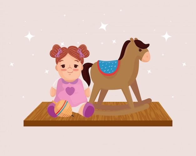 Brinquedos infantis, cavalo de madeira e boneca fofa