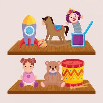 Brinquedos infantis, nas prateleiras de madeira
