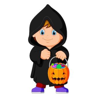 Bruxa de criança fofa andando no manto preto