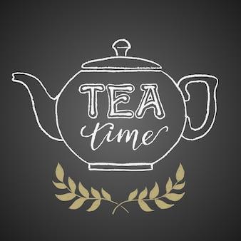 Bule desenhado no quadro-negro com as letras da hora do chá