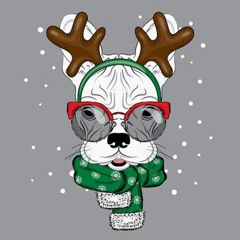 Bulldog engraçado em uma fantasia de veado.