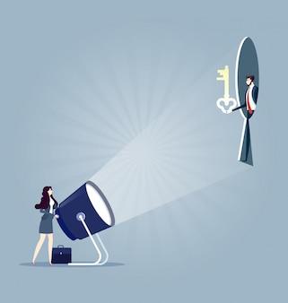 Buraco da fechadura. mulher de negócios com lanterna e fechadura. conceito de negócios