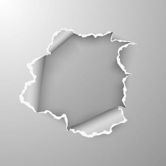 Buraco rasgado em folha de papel em fundo transparente.