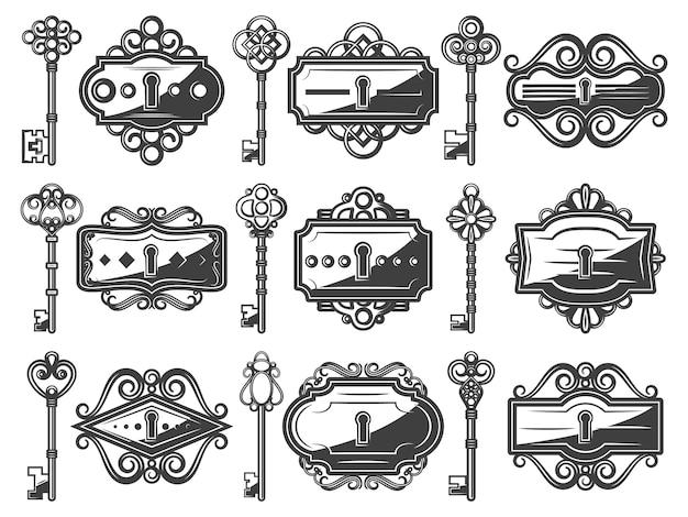 Buracos da fechadura de metal antigo conjunto com chaves antigas ornamentais em estilo vintage