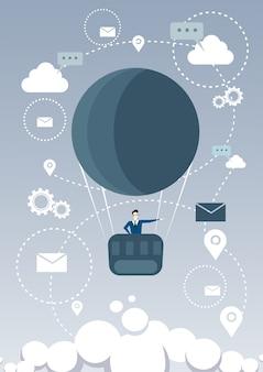 Business man fly air balloon à procura de futuro bem sucedido
