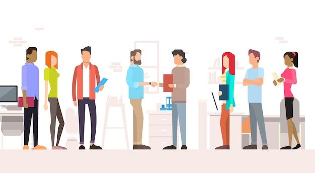 Business people team managers shake mão escritório interior