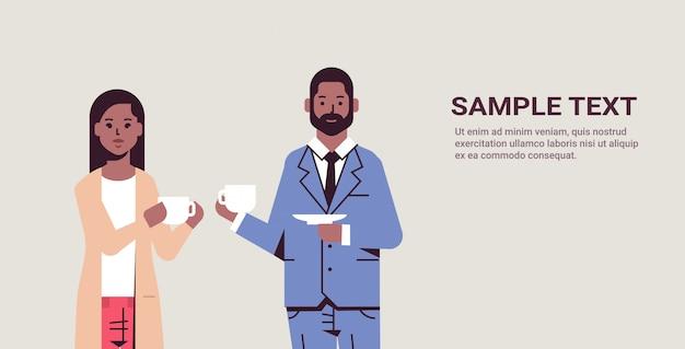Businesspeople, bebendo, cappuccino, durante, reunião, homem negócio, mulher, discutir, colegas, estar, café, conceito, retrato, horizontal, espaço cópia