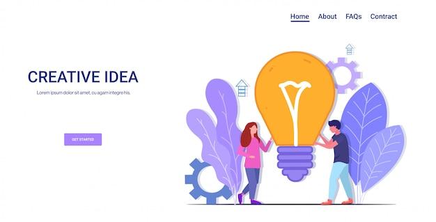 Businesspeople brainstorming holding bulbo brilhante sucesso teamwork criativo idéia negócio inspiração conceito homem mulher colegas de trabalho pares com luz horizontal cópia espaço comprimento total