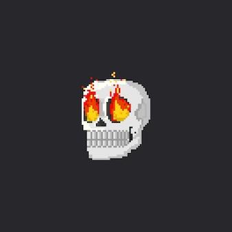 Cabeça de caveira de pixel com olhos de fogo
