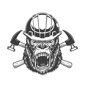 Cabeça de gorila feroz no capacete do construtor