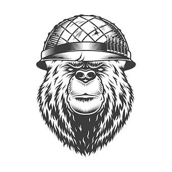 Cabeça de urso vintage no capacete do soldado