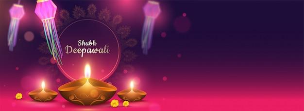 Cabeçalho shubh deepawali ou banner com lâmpadas de óleo iluminadas (diya) e efeito bokeh em roxo