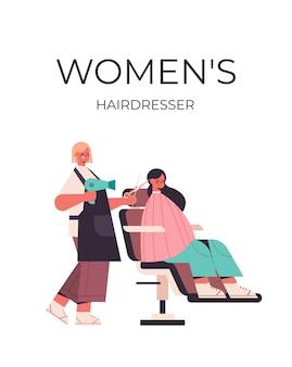 Cabeleireiro usando secador de cabelo e tesoura fazendo penteado para cliente em ilustração vetorial de comprimento total de salão de beleza