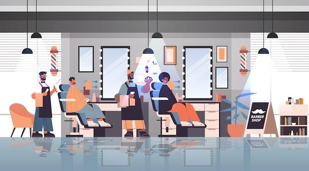 Cabeleireiros barbeiros em uniforme corte de cabelo de clientes mix race na moda conceito de corte de cabelo barbearia interior comprimento total horizontal ilustração vetorial