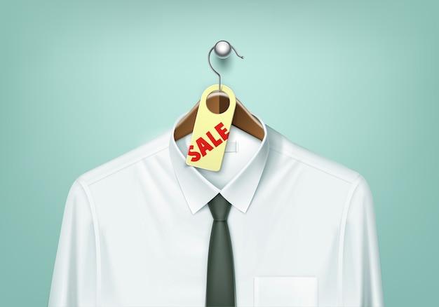 Cabide de madeira de casaco marrom com camisa branca e gravata preta com etiqueta de etiqueta de venda fechar isolado no fundo