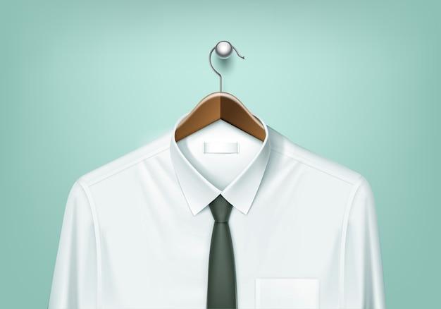 Cabide de madeira de casaco marrom com camisa branca e gravata preta fechar isolado no fundo