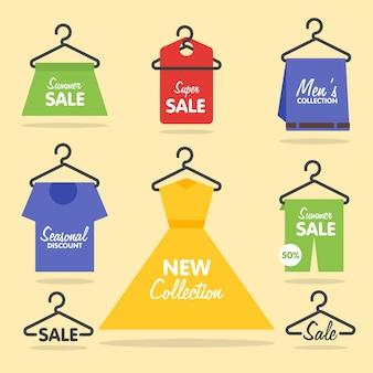 Cabides para roupas sinalização de venda e banners com caixas e sacolas de presentes atrás da vitrine