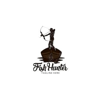Caçador de peixe com barco de madeira de proa