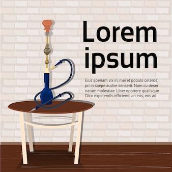 Cachimbo de água na tabela. modelo de texto. conceito de fumo de tabaco árabe