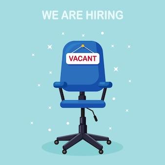 Cadeira de escritório com placa vaga. contratação de negócios, conceito de recrutamento. assento vago para empregado, trabalhador.
