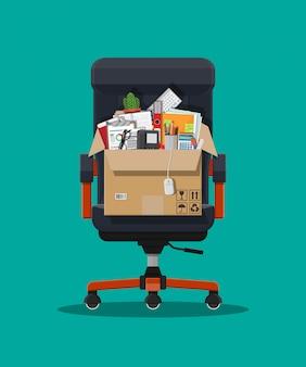 Cadeira de escritório e caixa com itmes de escritório