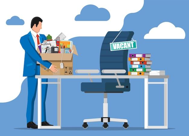 Cadeira de mesa de escritório, vaga de sinal. empregado com caixa com artigos de escritório. contratação e recrutamento. gestão de recursos humanos, buscando trabalho de profissionais. currículo correto encontrado. ilustração vetorial plana