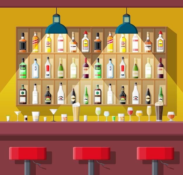 Cadeiras e prateleiras com garrafas de álcool