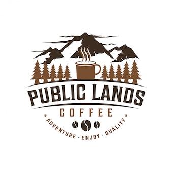 Café ao ar livre com montanha e caneca elemento