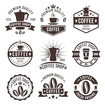 Café com conjunto de etiquetas monocromáticas, distintivos ou emblemas isolados no fundo branco