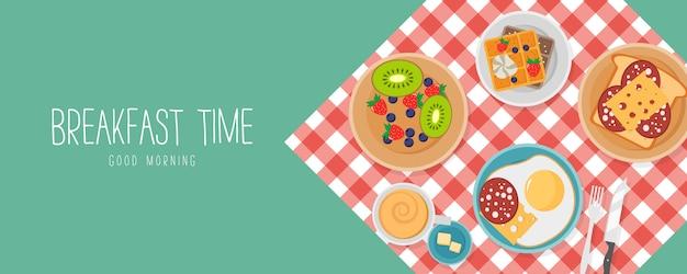Café da manhã com frutas bacon e ovos, salsa, torradas com linguiça e queijo.
