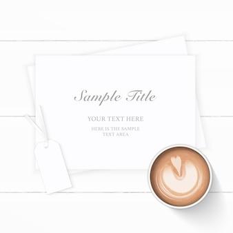 Café de papel de composição branca elegante de vista superior plana leiga e etiqueta em fundo de madeira.