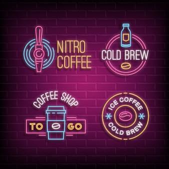 Café frio café e nitro café logotipos de néon. emblemas brilhantes no fundo da parede de tijolo