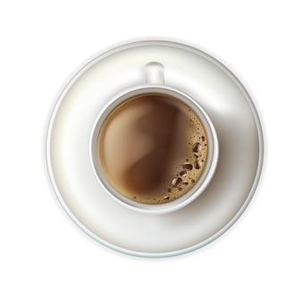 Café quente com espuma e pires