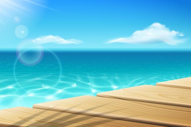 Cais perto do oceano calmo ou do mar e do céu com cais desolado de sol com sombra de palmeira perto de água e nuvens