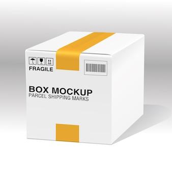 Caixa branca com fita amarela e marcas de envio