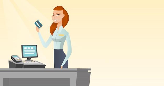 Caixa caucasiano segurando um cartão de crédito.