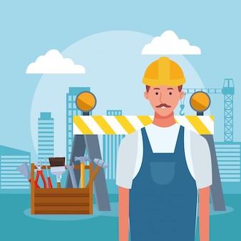 Caixa de ferramentas e homem de reparo dos desenhos animados sobre edifícios urbanos da cidade