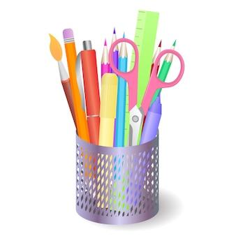 Caixa de metal com papelaria e ferramentas de desenho.